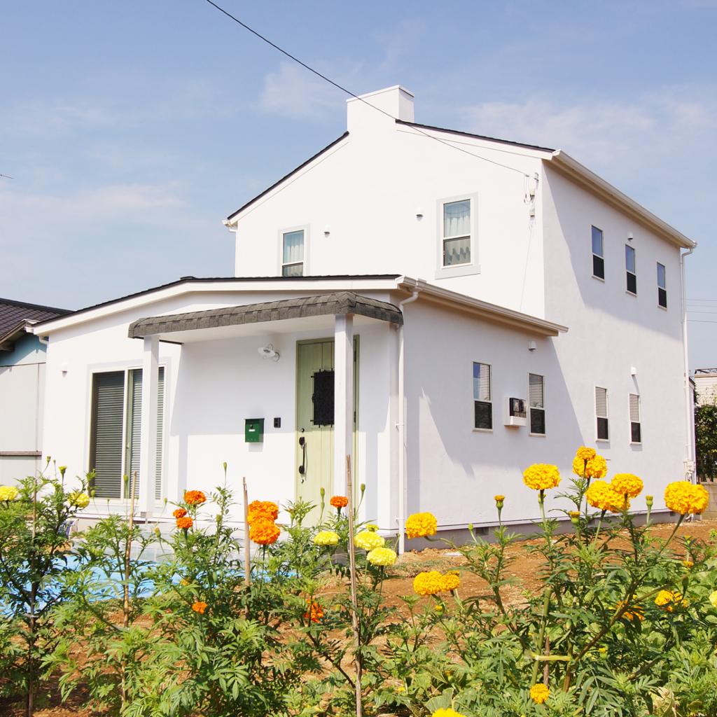 海の近くの住宅街の一角の家です。夏はエアコンがいらないほど、爽やかな環境です。冬を暖かかく過ごせる家が希望でした。