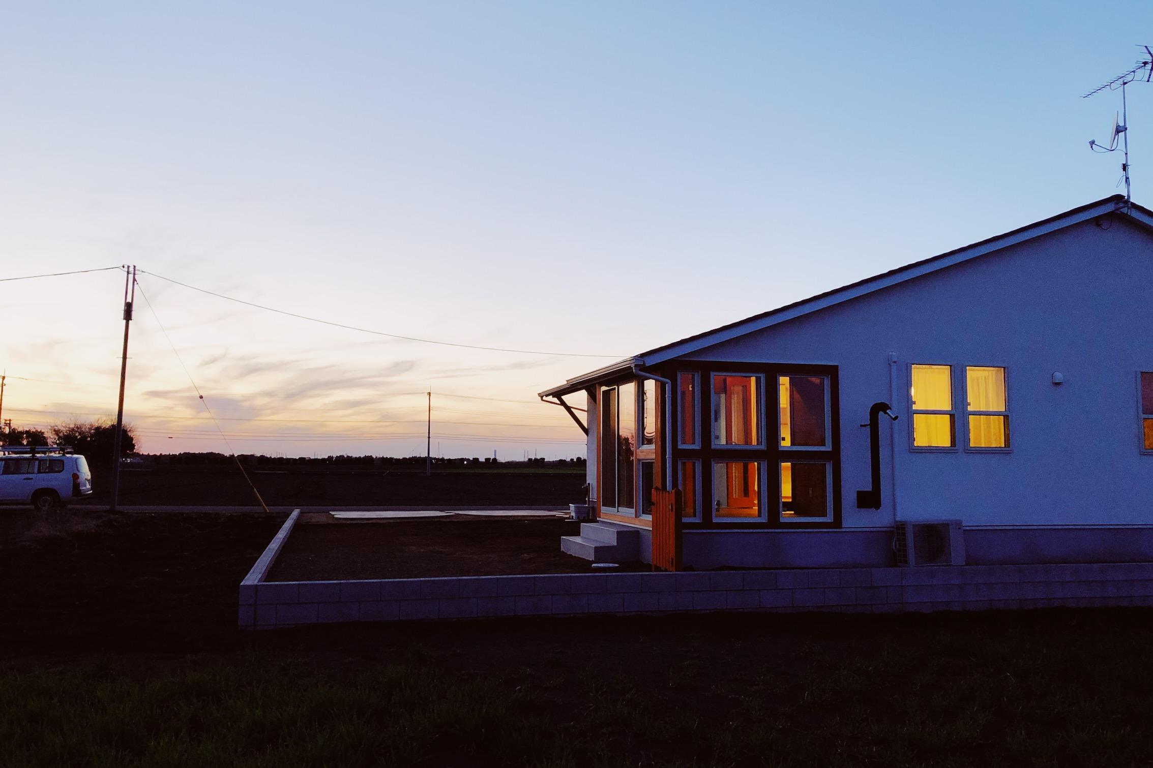 夕暮れにたたずむ平屋の外観
