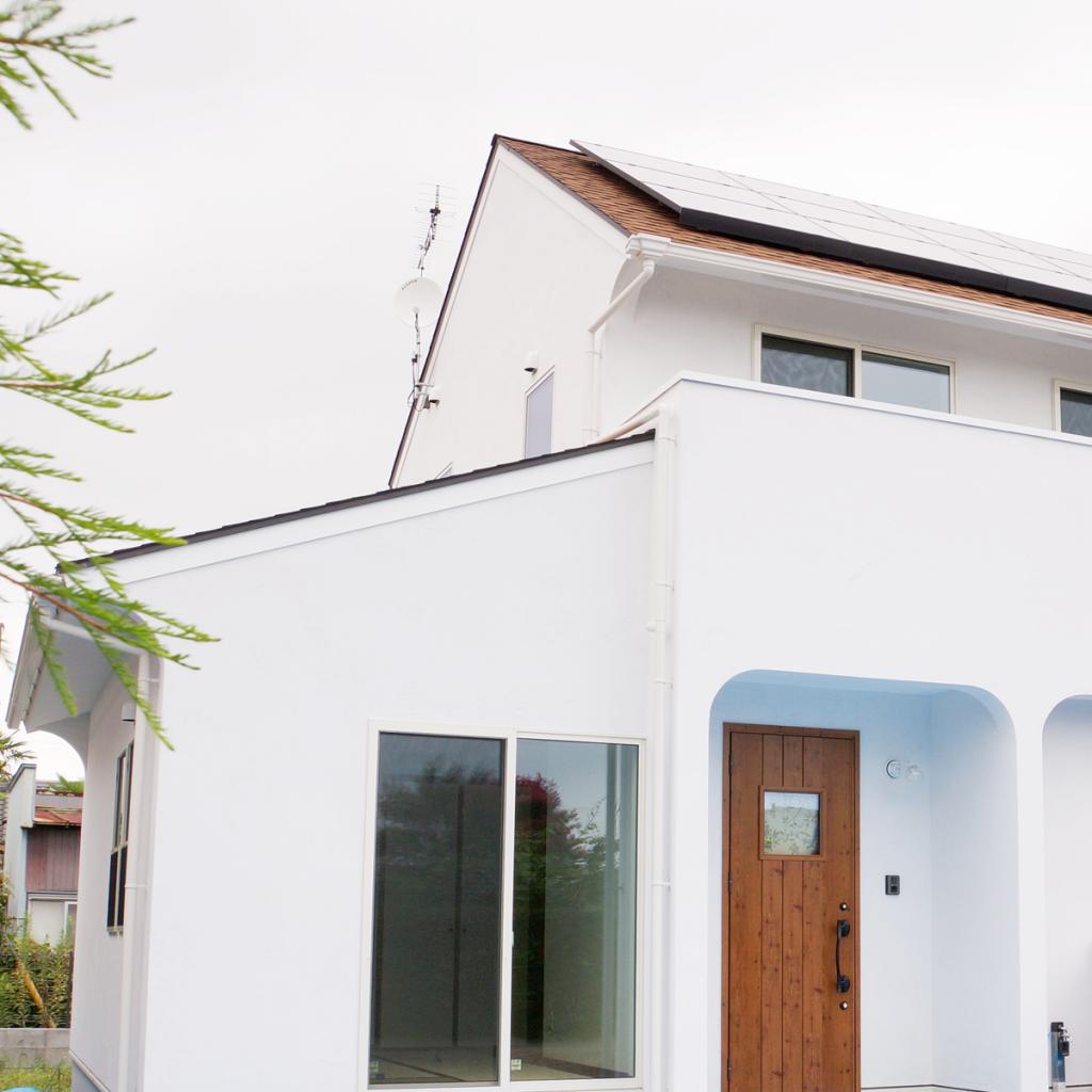 白いアーチの家の外観