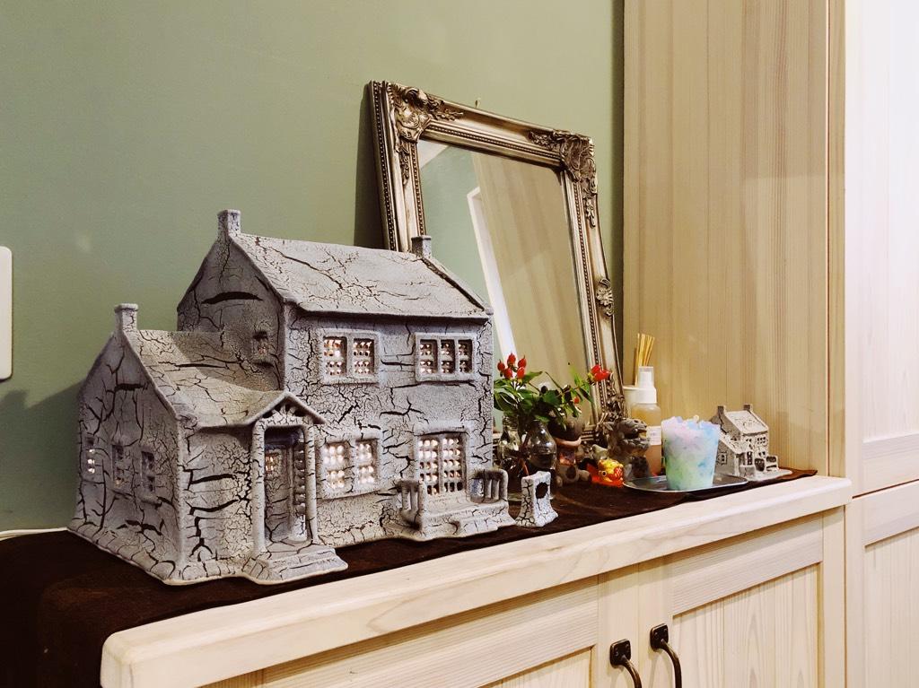 玄関先に置かれた家の模型