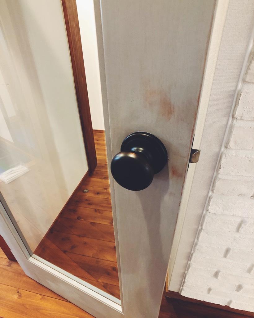 サンドペーパーでシャビー感を演出したリビングドア