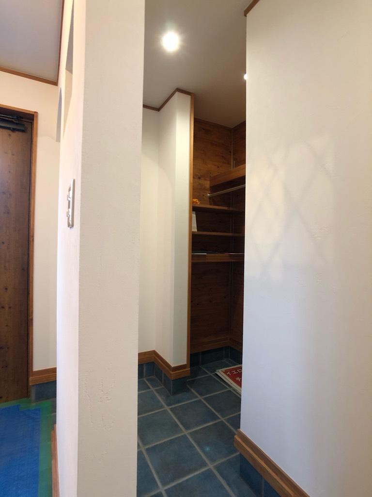 玄関正面から少しずらして目線を外したファミリー玄関