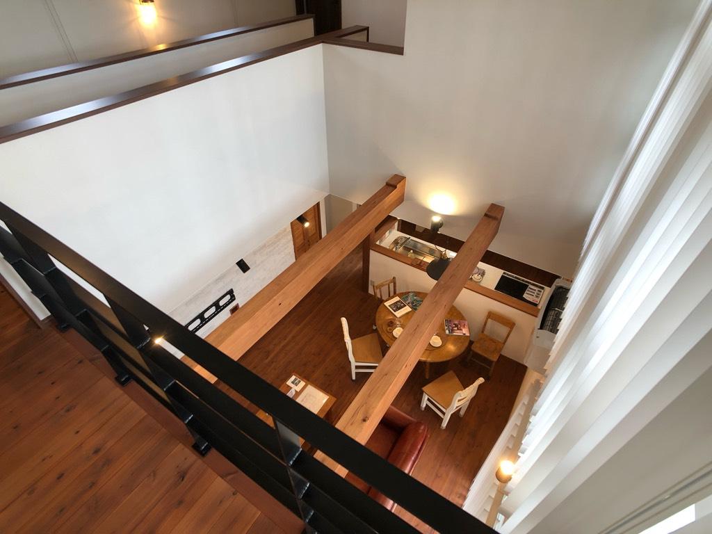 吹き抜けの2階はギャラリーのような立体感のある空間に