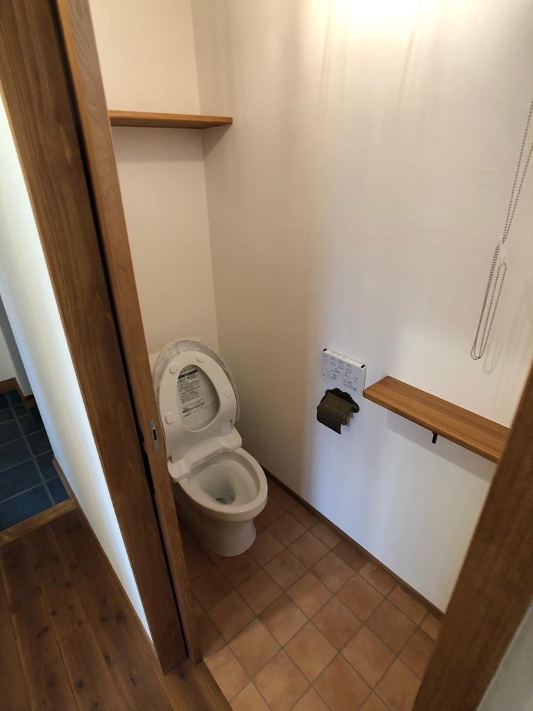 棚を2ヶ所設けたトイレ