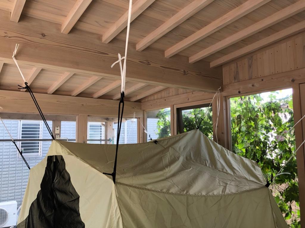 天井からテントを吊る