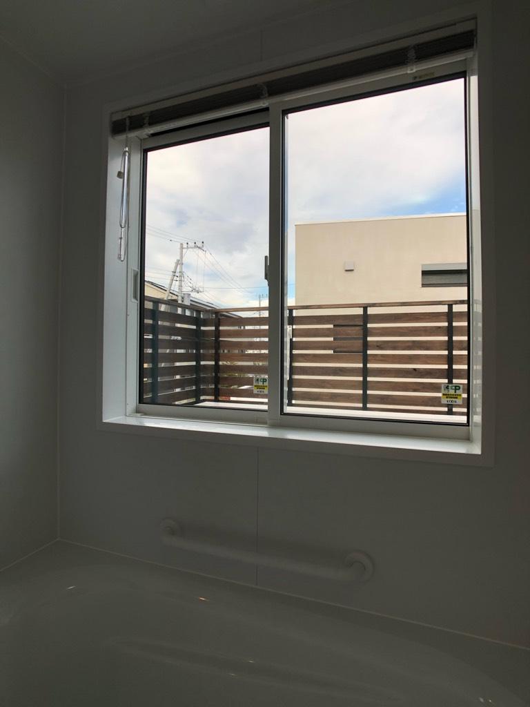 浴室の大きな窓