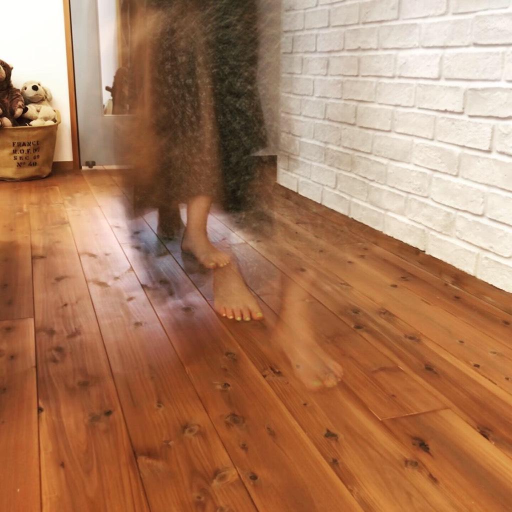 杉フローリングは柔らかな歩行感