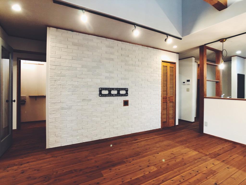 リビングのタイル壁