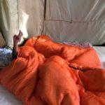 テントの中で遊ぶ子供達