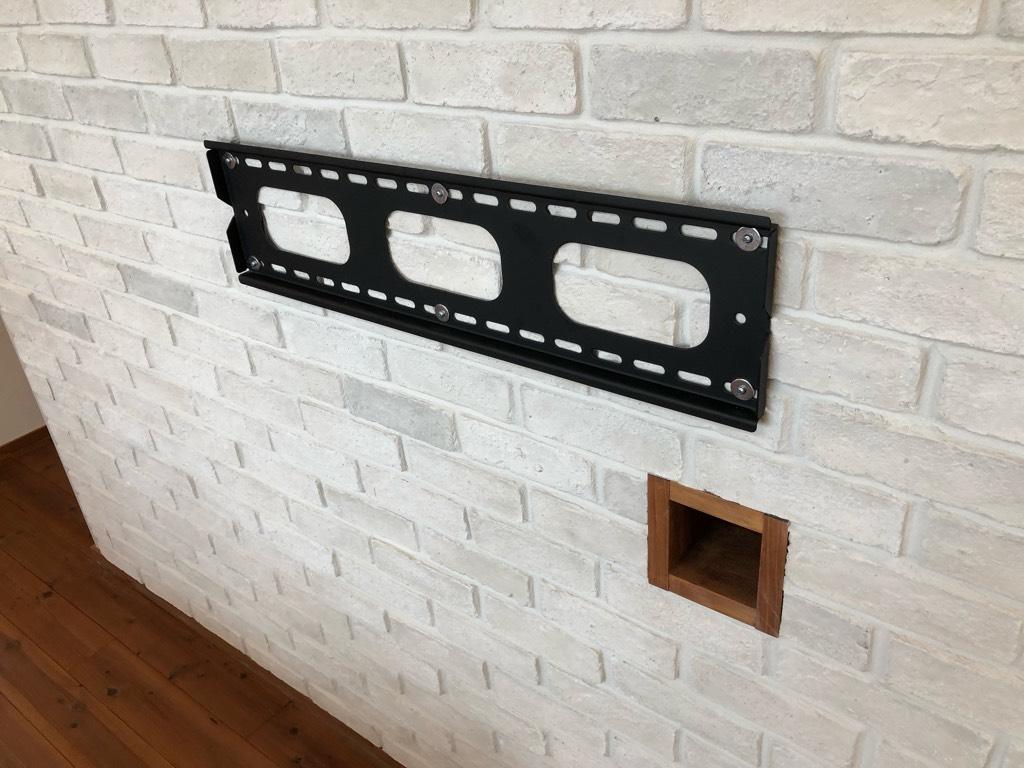 壁掛けテレビの金具と配線用の穴