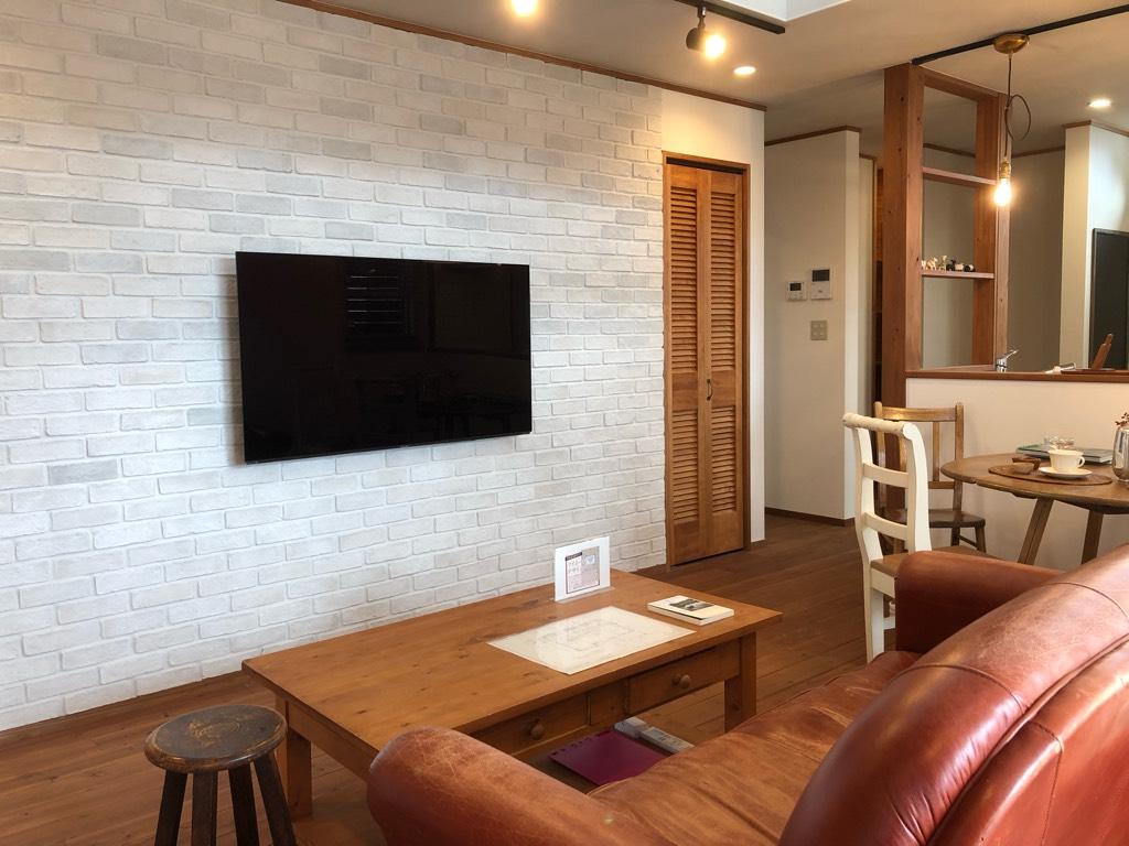 リビング中央の壁掛けテレビ