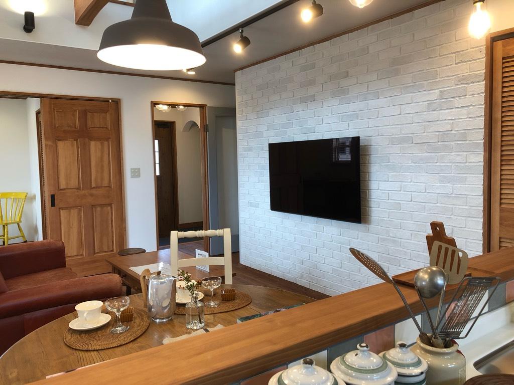 キッチンから見た壁掛けテレビ