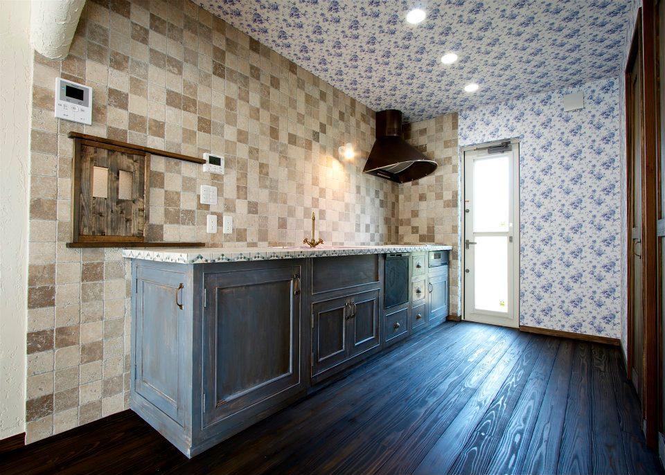 エイジング加工したカントリー風のキッチン