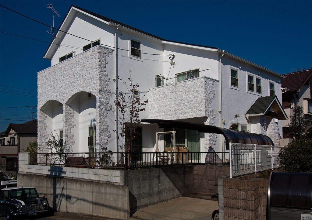白い壁とレンガで魅せる洋風の家