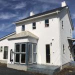カントリー風の白い外壁の家