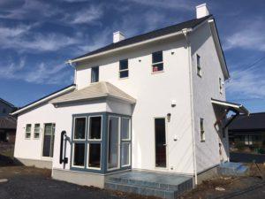 白い壁のイギリス風の家